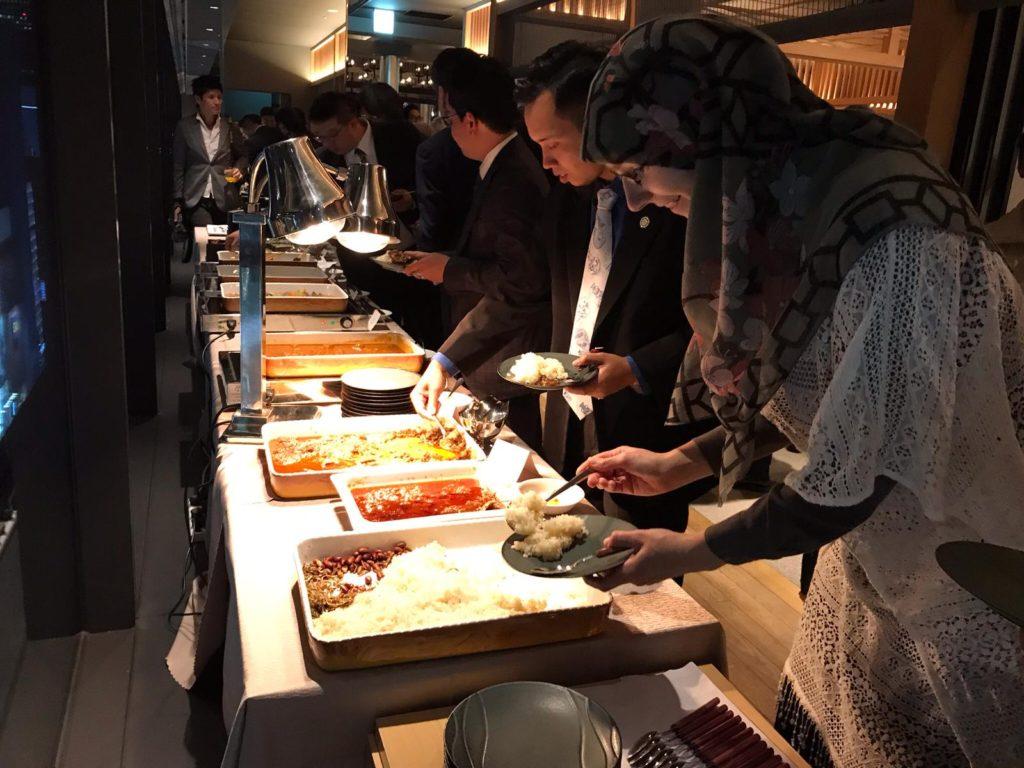 ブッフェを手に取るムスリマ